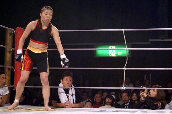 12月のパンクラスにて、WINDY智美×中井りんを撮影する藤井さん